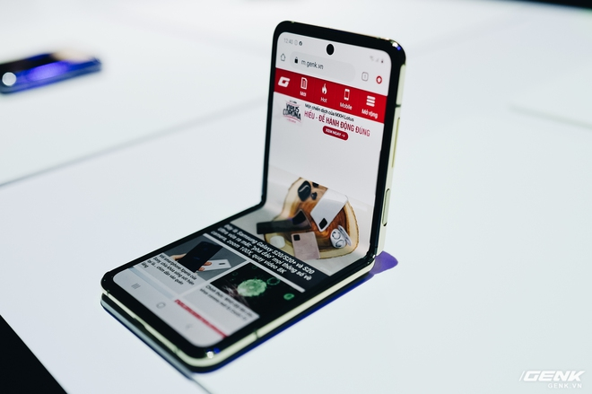 Galaxy Z Flip có giá thay màn hình gần 12 triệu đồng - Ảnh 1.