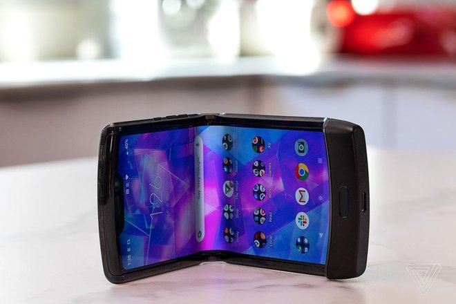 Màn hình của Motorola Razr bị bong sau một tuần sử dụng - Ảnh 1.