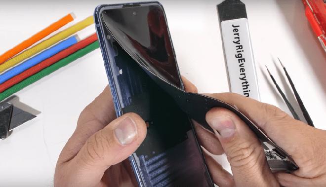 Mổ bụng Samsung Galaxy Z Flip: Thực sự có kính bảo vệ màn hình, nhưng không có tác dụng chống trầy xước - Ảnh 1.