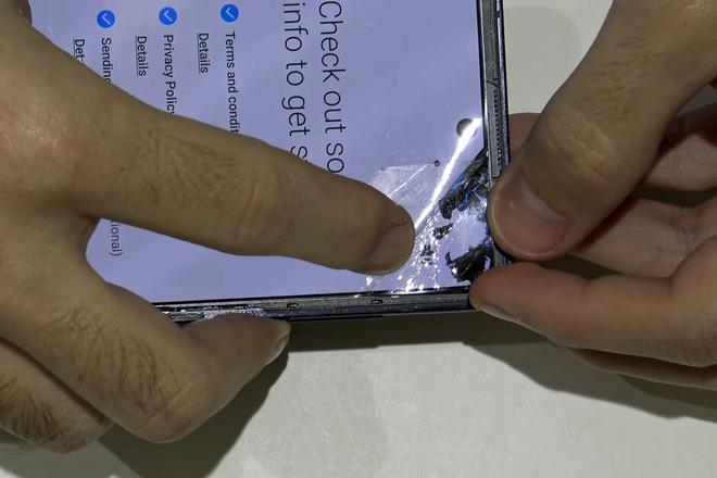 Không có khả năng chống trầy xước, vậy lớp nhựa bảo vệ màn hình Galaxy Z Flip có tác dụng gì? - Ảnh 1.