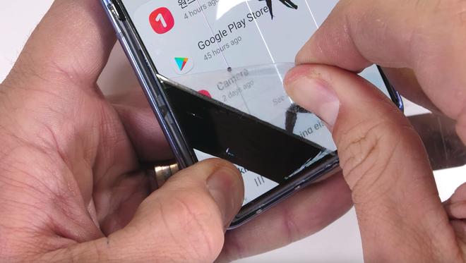 Bí mật đằng sau màn hình của Galaxy Z Flip: có phá vỡ quy tắc vật lý khi kính lại có thể gập và bẻ cong? - Ảnh 7.