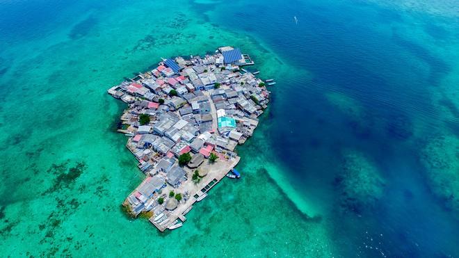 Cuộc sống diễn ra như thế nào trên hòn đảo chật chội nhất thế giới - mật độ dân số gấp 9 lần T.P Hồ Chí Minh? - Ảnh 1.