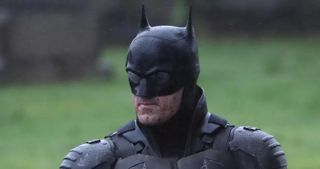 Lộ ảnh mới của The Batman 2021: Người Dơi vận bộ trang phục chưa từng có tiền lệ trên phim, cưỡi xe Bat-bike phân khối lớn ngầu lòi - Ảnh 3.