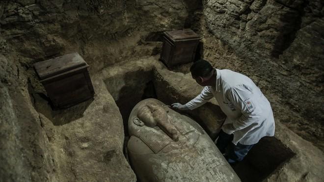 Ai Cập: Phát hiện quan tài thần bầu trời Horus trong ngôi mộ cổ 3000 năm tuổi - Ảnh 1.