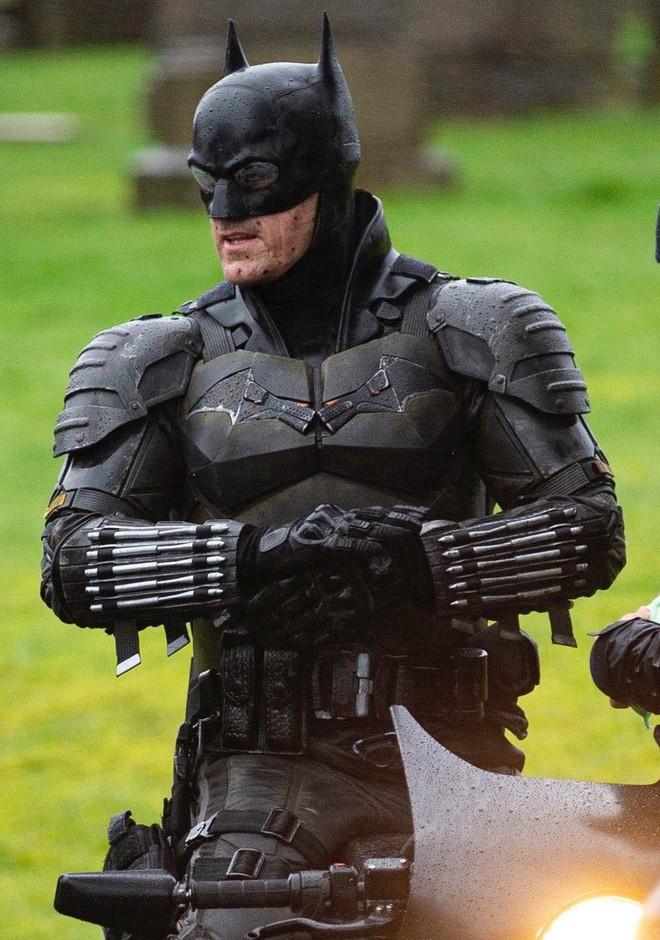 Lộ ảnh mới của The Batman 2021: Người Dơi vận bộ trang phục chưa từng có tiền lệ trên phim, cưỡi xe Bat-bike phân khối lớn ngầu lòi - Ảnh 1.