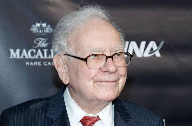 Tỷ phú Warren Buffett cuối cùng cũng bỏ điện thoại gập để dùng iPhone - Ảnh 1.