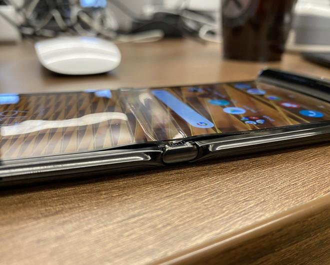 Đánh giá chi tiết Motorola Razr: màn hình gây tiếng ồn khó chịu khi gập, pin kém, thà mua Razr ngày xưa còn hơn - Ảnh 1.