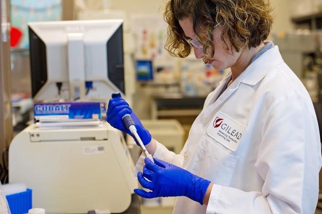 Công ty công nghệ sinh học trị giá 95 tỷ USD tuyên bố thử nghiệm thuốc điều trị Covid-19 vào tháng tới - Ảnh 3.