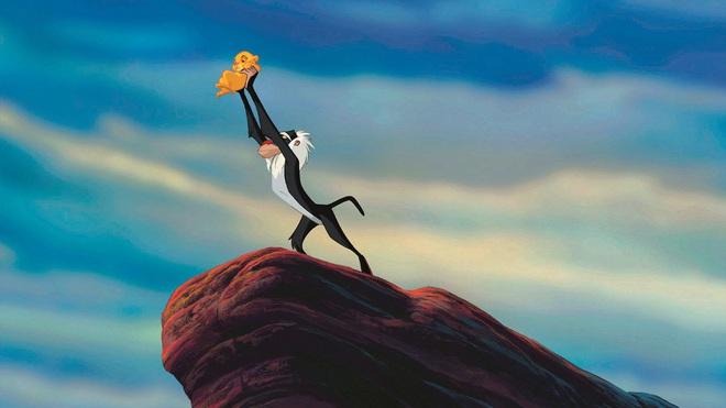 The Lion King đời thực là đây: Chú khỉ đầu chó vừa leo trèo vừa bế sư tử con, quyết không buông tay - Ảnh 1.