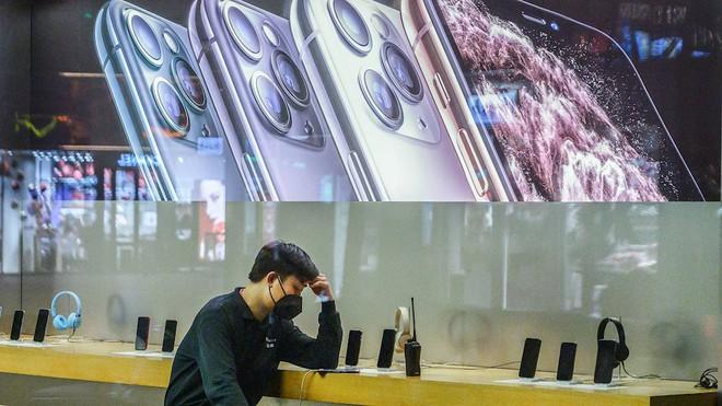 Thiếu hụt lao động sản xuất iPhone, Samsung gặp may vì không còn nhà máy tại Trung Quốc - Ảnh 1.