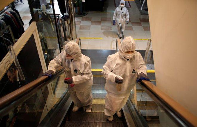 Thực nghiệm: Virus SARS-CoV-2 sống từ 4 giờ cho tới 3 ngày ngoài môi trường nhưng sẽ bị tiêu diệt chỉ trong 1 phút với dung dịch khử trùng - Ảnh 1.