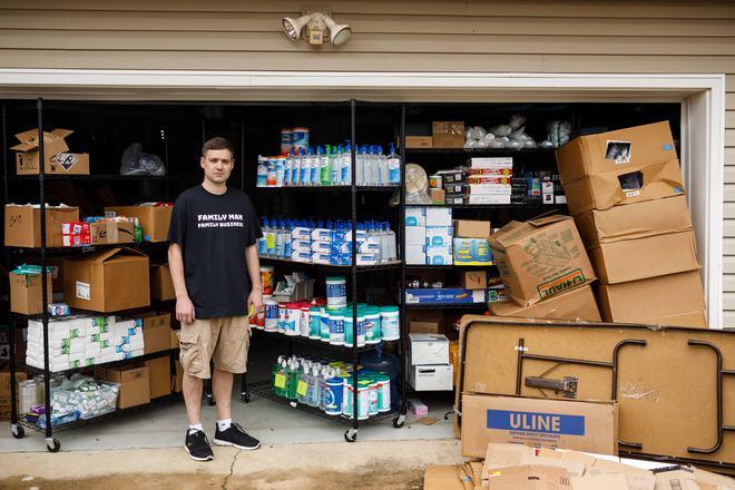 Thương nhân Amazon ôm hận vì trữ 17.700 chai nước sát trùng tay, đành lòng mang từ thiện hết tất cả số hàng - Ảnh 1.