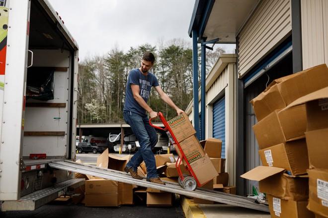 Thương nhân Amazon ôm hận vì trữ 17.700 chai nước sát trùng tay, đành lòng mang từ thiện hết tất cả số hàng - Ảnh 4.