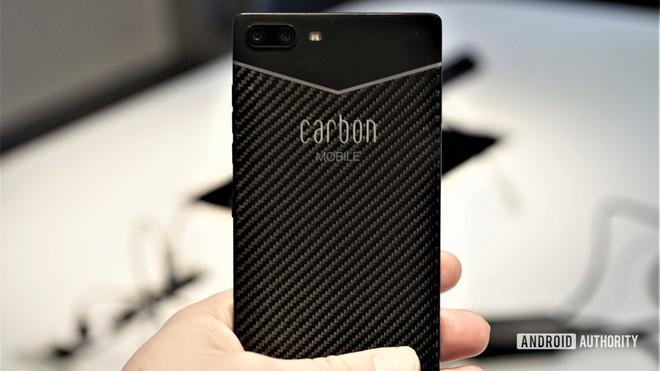Đây là chiếc smartphone được làm bằng sợi carbon đầu tiên trên thế giới - Ảnh 1.