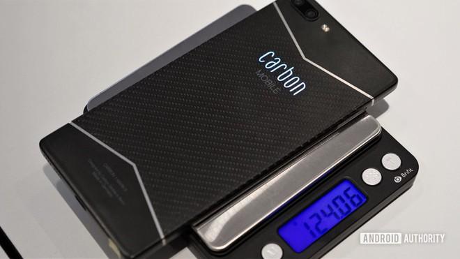 Đây là chiếc smartphone được làm bằng sợi carbon đầu tiên trên thế giới - Ảnh 4.