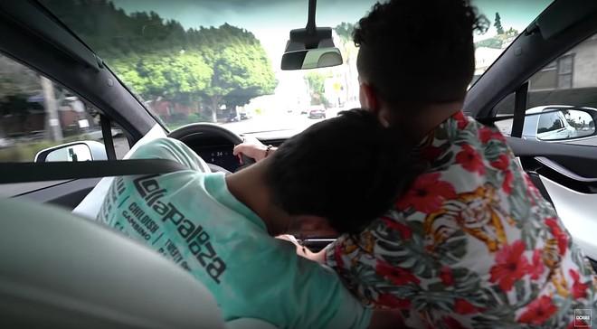 2 YouTube chơi khăm bạn bè bằng cách giả vờ ngủ khi đang lái xe Tesla ở chế độ Autopilot - Ảnh 5.