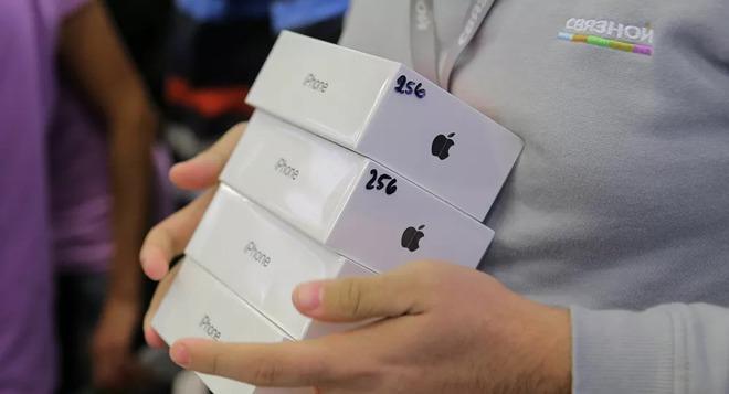 Nguồn cung khan hiếm, Apple chỉ cho người dùng mua tối đa 2 chiếc iPhone, iPad cùng lúc - Ảnh 1.
