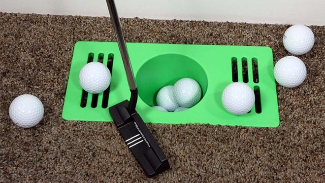 Thú vui mới của người Mỹ khi ở nhà tránh Covid-19: Biến lỗ thông hơi trên sàn thành sân golf mini chơi cho đỡ chán - Ảnh 2.