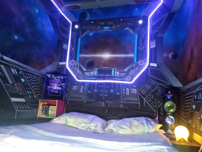 Khéo tay hay làm: Anh họa sĩ hô biến căn phòng thành khoang tàu vũ trụ cho con gái chơi khi ở nhà tránh Covid-19 - Ảnh 12.