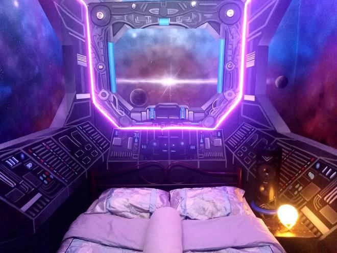 Khéo tay hay làm: Anh họa sĩ hô biến căn phòng thành khoang tàu vũ trụ cho con gái chơi khi ở nhà tránh Covid-19 - Ảnh 1.