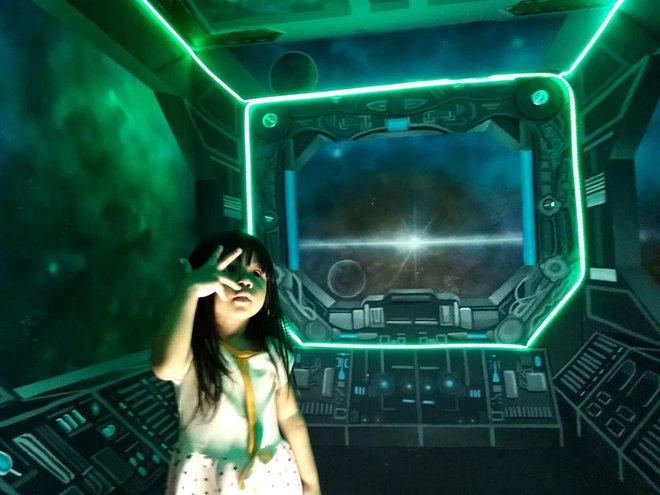 Khéo tay hay làm: Anh họa sĩ hô biến căn phòng thành khoang tàu vũ trụ cho con gái chơi khi ở nhà tránh Covid-19 - Ảnh 11.