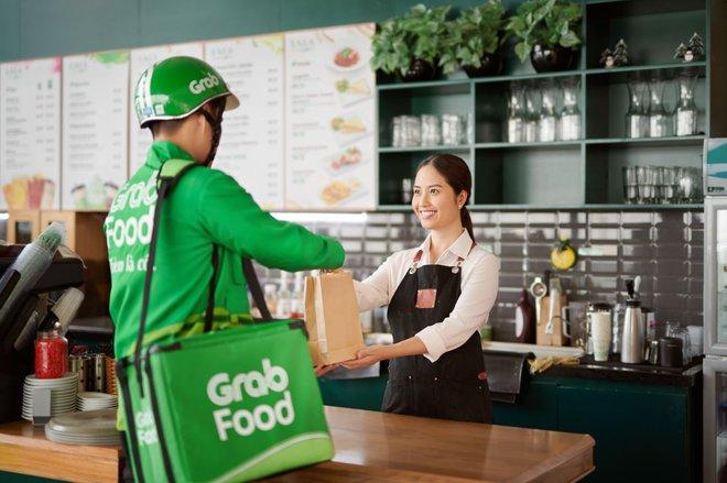 Grab tăng giá dịch vụ giao đồ ăn GrabFood giữa thời điểm COVID-19 bùng phát - Ảnh 1.
