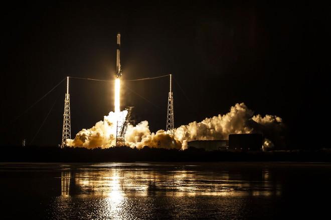 SpaceX bắt đầu sản xuất nước rửa tay và mặt nạ bảo vệ để tặng cho các bệnh viện, giúp chống lại dịch bệnh Covid-19 - Ảnh 1.