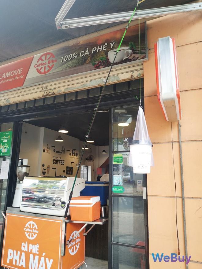 Quán cà phê Sài Gòn dùng… cần câu và đề can để giữ khoảng cách an toàn cho khách hàng mùa Covid-19 - Ảnh 4.