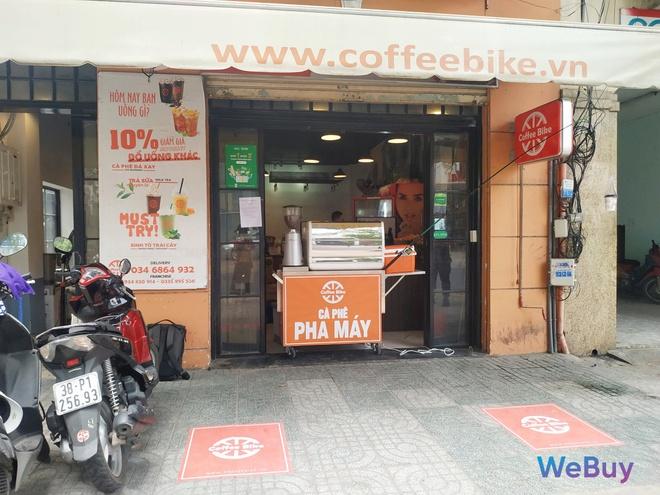 Quán cà phê Sài Gòn dùng… cần câu và đề can để giữ khoảng cách an toàn cho khách hàng mùa Covid-19 - Ảnh 2.