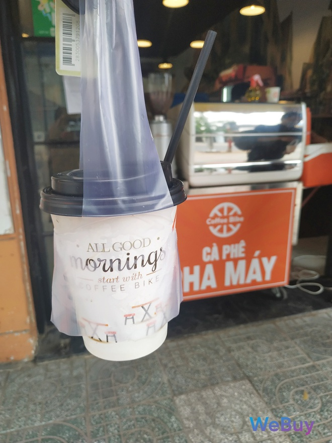 Quán cà phê Sài Gòn dùng… cần câu và đề can để giữ khoảng cách an toàn cho khách hàng mùa Covid-19 - Ảnh 12.