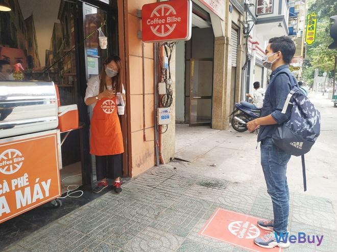 Quán cà phê Sài Gòn dùng… cần câu và đề can để giữ khoảng cách an toàn cho khách hàng mùa Covid-19 - Ảnh 6.