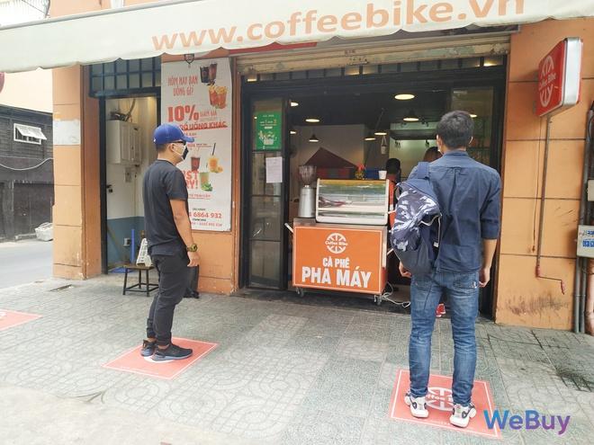 Quán cà phê Sài Gòn dùng… cần câu và đề can để giữ khoảng cách an toàn cho khách hàng mùa Covid-19 - Ảnh 3.