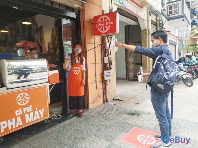 Quán cà phê Sài Gòn dùng… cần câu và đề can để giữ khoảng cách an toàn cho khách hàng mùa Covid-19 - Ảnh 9.