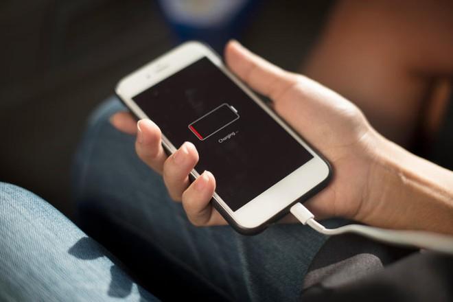 Bóp hiệu năng iPhone cũ, Apple nợ mỗi người dùng 25 USD - Ảnh 1.
