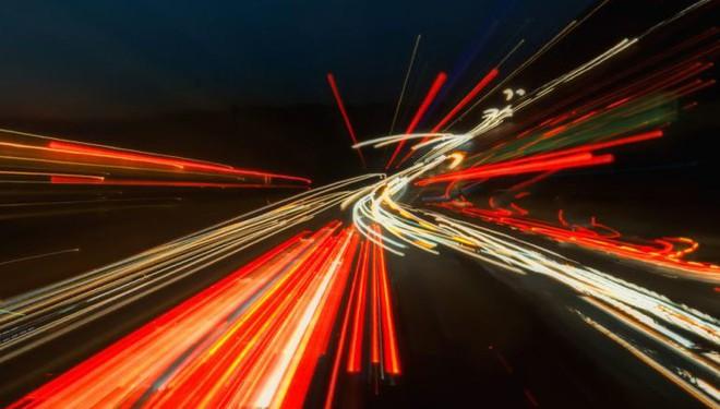 Sử dụng sóng và ánh sáng, các nhà khoa học thực hiện truyền dữ liệu với tốc độ lên tới 100Gb/s - Ảnh 1.