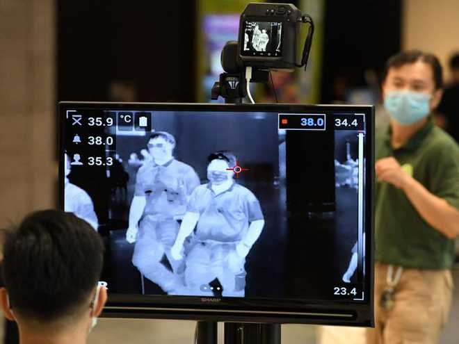 Xem các nước trên thế giới chống đại dịch Covid-19: Ba Lan yêu cầu người dân selfie, Thái dùng robot để bệnh nhân video call với bác sĩ - Ảnh 9.