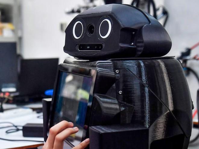 Xem các nước trên thế giới chống đại dịch Covid-19: Ba Lan yêu cầu người dân selfie, Thái dùng robot để bệnh nhân video call với bác sĩ - Ảnh 11.