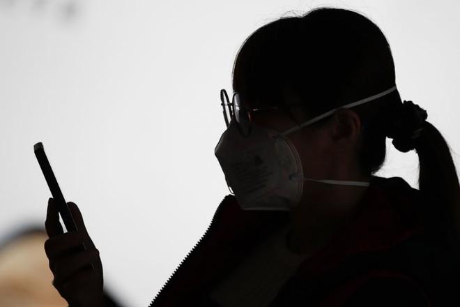 Xem các nước trên thế giới chống đại dịch Covid-19: Ba Lan yêu cầu người dân selfie, Thái dùng robot để bệnh nhân video call với bác sĩ - Ảnh 1.