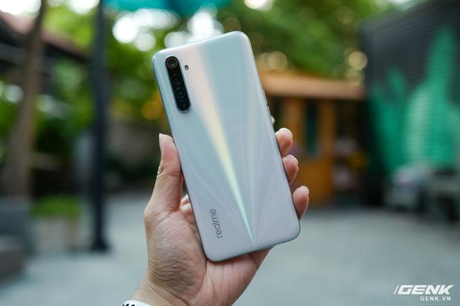 Trên tay Realme 6: dưới 6 triệu đồng đã có màn hình 90Hz - Ảnh 1.