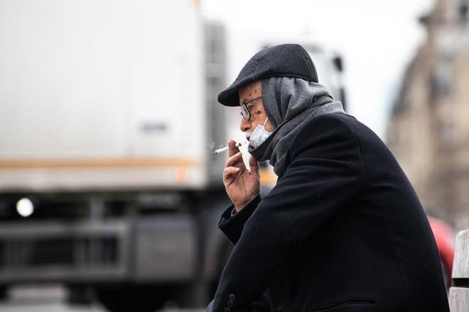 Trong dịch COVID-19 mà còn hút thuốc lá, coi chừng rơi vào nhóm nguy kịch khi nhiễm bệnh - Ảnh 1.