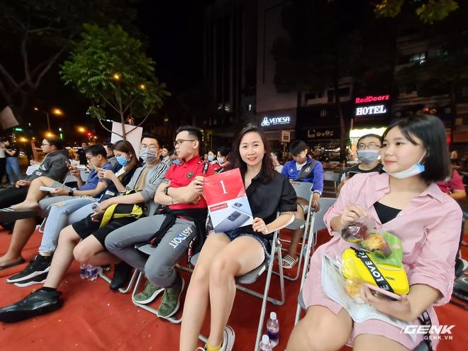 Đông người dùng đến xếp hàng chờ mua Galaxy S20 đầu tiên tại Việt Nam - Ảnh 4.