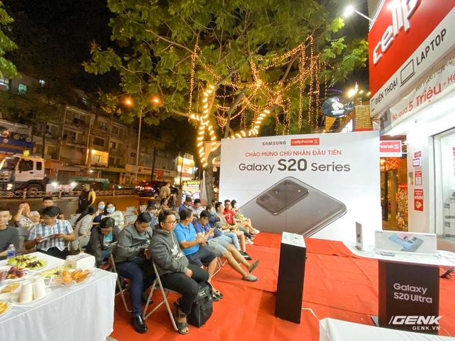 Đông người dùng đến xếp hàng chờ mua Galaxy S20 đầu tiên tại Việt Nam - Ảnh 2.