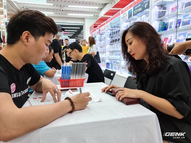 Đông người dùng đến xếp hàng chờ mua Galaxy S20 đầu tiên tại Việt Nam - Ảnh 6.