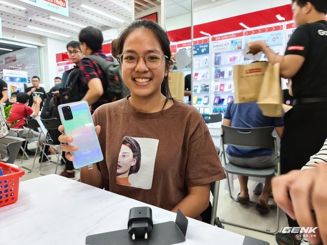 Đông người dùng đến xếp hàng chờ mua Galaxy S20 đầu tiên tại Việt Nam - Ảnh 9.