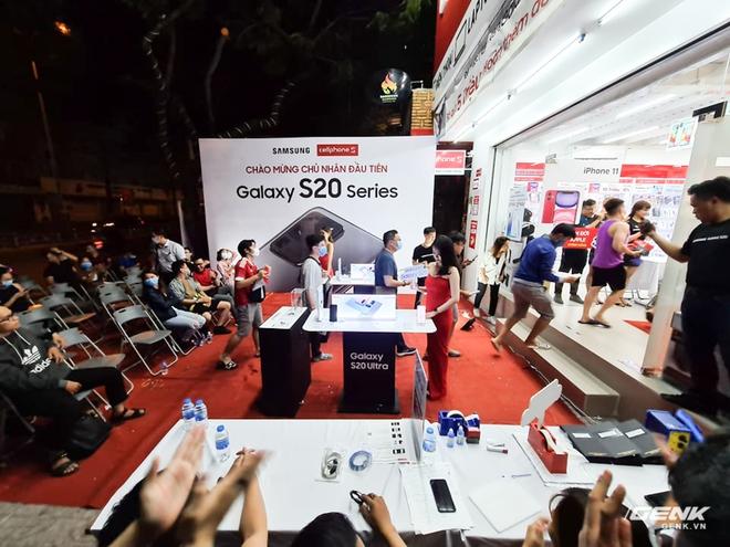 Đông người dùng đến xếp hàng chờ mua Galaxy S20 đầu tiên tại Việt Nam - Ảnh 5.
