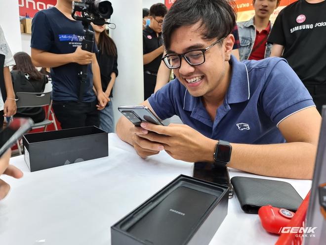 Đông người dùng đến xếp hàng chờ mua Galaxy S20 đầu tiên tại Việt Nam - Ảnh 8.