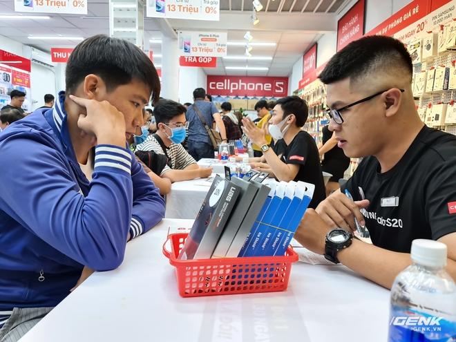 Đông người dùng đến xếp hàng chờ mua Galaxy S20 đầu tiên tại Việt Nam - Ảnh 7.