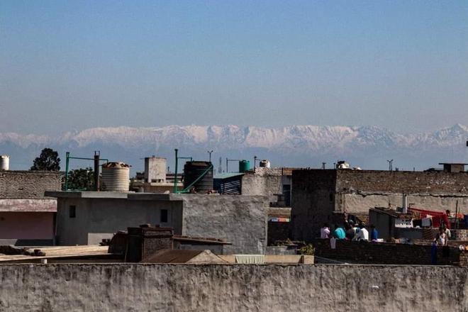 Cách ly dịch Covid-19 khiến không khí trong lành hơn, người dân Ấn Độ tận mắt thấy lại được dãy Himalayas sau 30 năm - Ảnh 1.