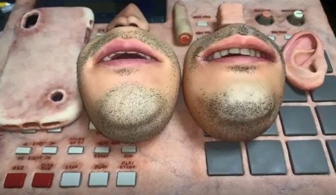 Nghệ sỹ người Nhật tái xuất với cục xí ngầu hình đôi mắt trông đáng sợ như quái vật một mắt - Ảnh 2.