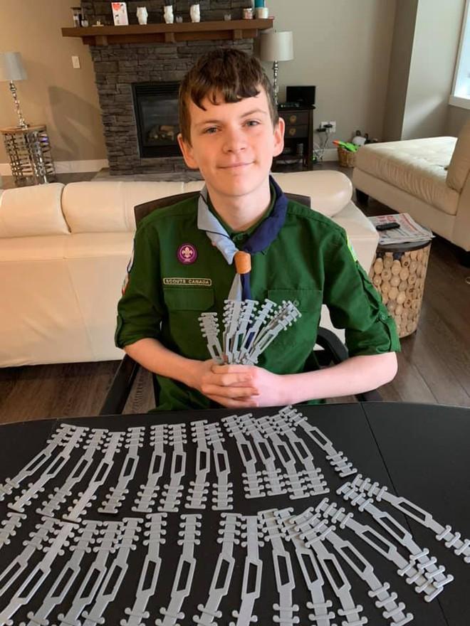 Cậu bé 12 tuổi và phát minh độc đáo giúp bác sĩ đeo khẩu trang không còn bị đau tai - Ảnh 2.
